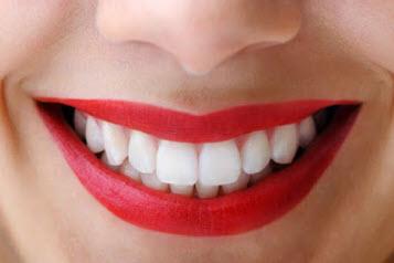 Làm trắng răng với baking soda