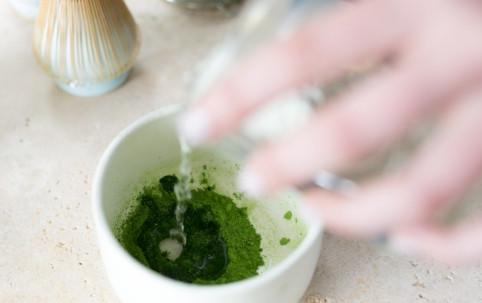 Mặt nạ bột trà xanh và nước tinh khiết