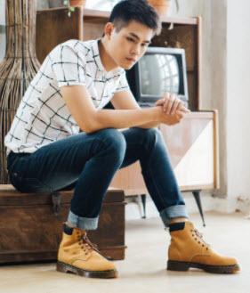 Giày boot và quần jeans
