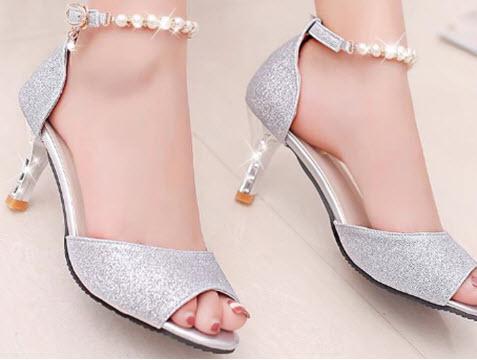 Giày cao gót nữ màu trắng của Juno