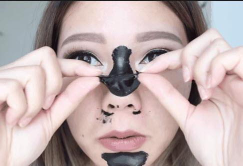 Dùng miếng lột mụn để trị mụn đầu đen ở mũi