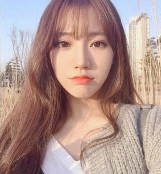 Tóc mái thưa ở giữa kết hợp tóc dài xoăn nhẹ Hàn Quốc