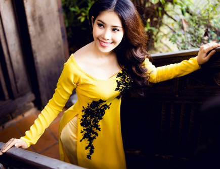 Áo dài vàng cách tân cổ thuyền