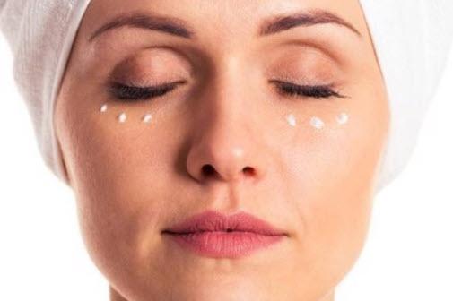 cách bôi kem trị thâm mắt