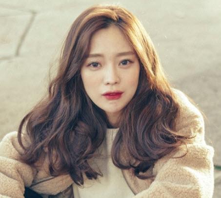 Tóc ngang vai xoăn nhẹ kiểu Hàn Quốc