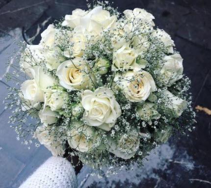 Hoa cưới cho cô dâu mặc áo dài đỏ
